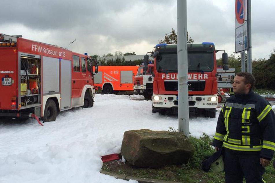 Die Feuerwehr rückte mit mehreren Löschfahrzeugen aus.