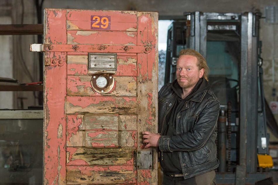 Dicke, oxydbraune Farbschichten bröckeln von dem massiven Eschenholz. Insgesamt sieben dieser Knasttüren verkauft Ralph Schulz (38) derzeit auf Ebay Kleinanzeigen. Angeblich stammen sie aus der ehemaligen JVA Schießgasse.