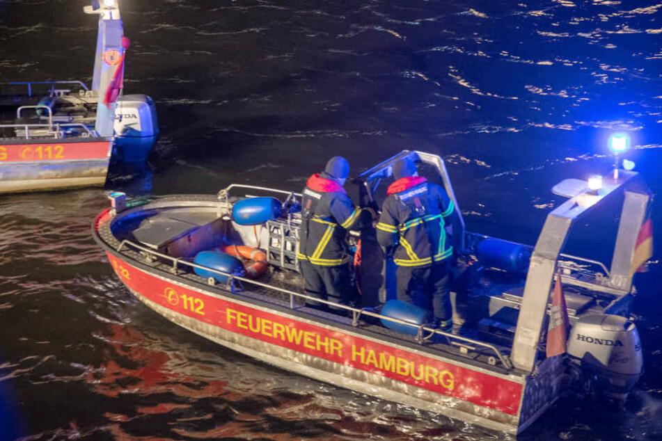 Die Feuerwehr suchte mit Booten die Alster nach dem Mann ab.