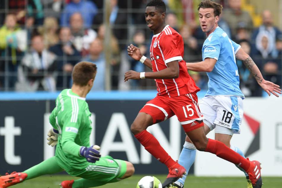 Maxime Awoudja (M.) hat beim FC Bayern München einen Profi-Vertrag erhalten.
