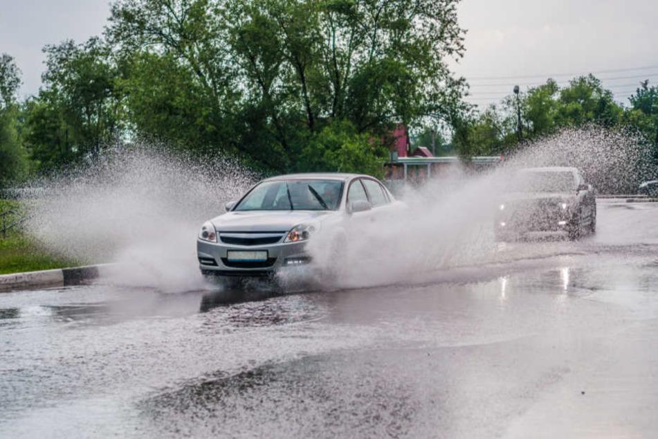 Spritzfontänen behindern die Sicht der Autofahrer. (Symbolbild)
