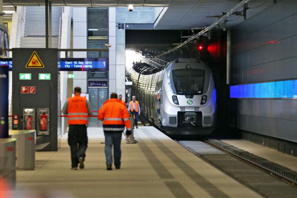 Mehrere Züge fielen aus, weil eine Taube über den Gleisen vom Bayerischen Bahnhof verfangen hatte.