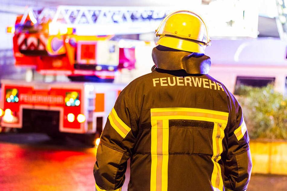 Ein Feuerwehrmann im Einsatz. (Symbolbild)