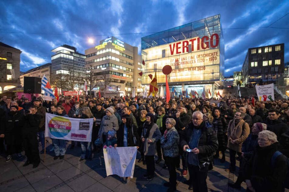 Menschen während einer Gedenkveranstaltung am Donnerstagabend auf dem Schloßplatz.