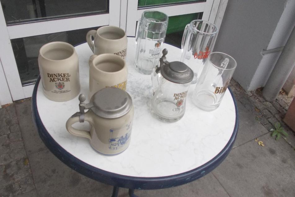 Auf einem Tisch vor dem Lokal stehen Bierkrüge, die gegen eine Spende mitgenommen werden können. Mit aller Kraft stemmt sich Ener gegen das Aus.