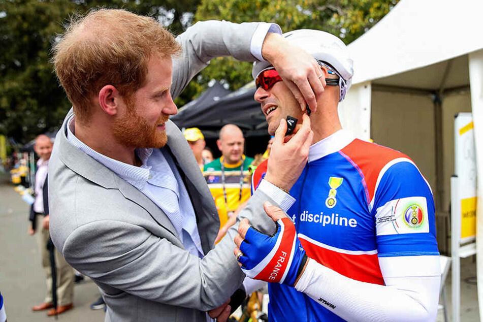 Da legt der Prinz selbst Hand an: Harry hilft einem Teilnehmer der Invictus Games.
