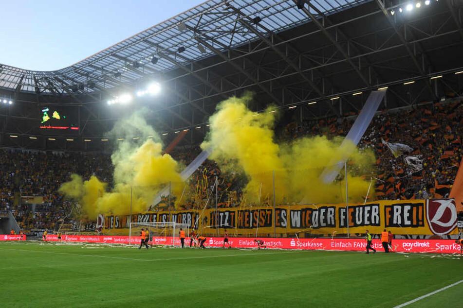 Mit einigen Nebeltöpfen starteten die Fans im K-Block vor dem Anpfiff in die neue Saison.