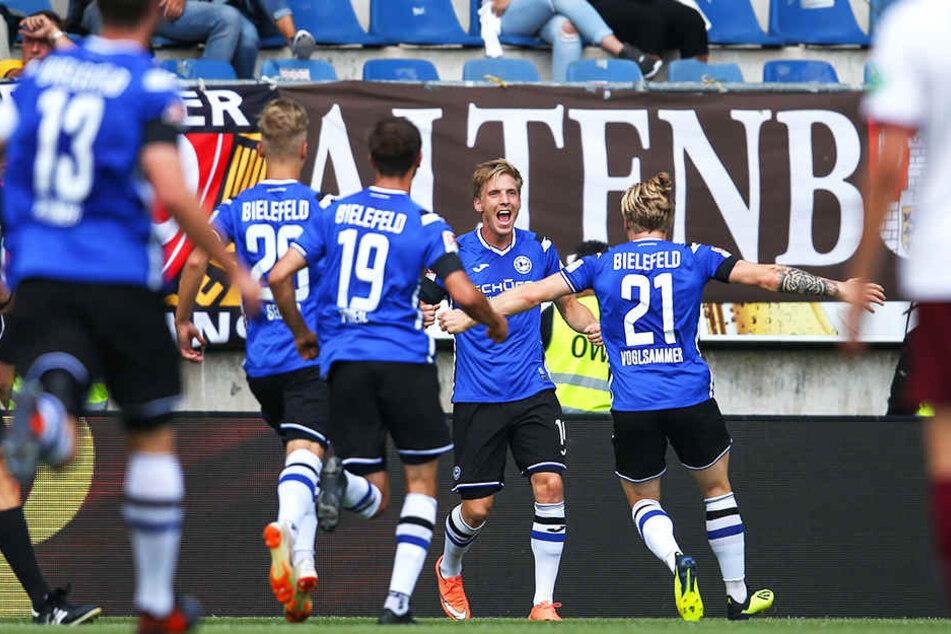 Jubel über die Bielefelder Führung: Jóan Símun Edmundsson (Zweiter von rechts) wird von seinen Mannschaftskollegen beglückwünscht.