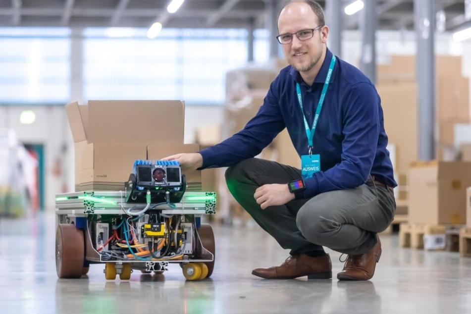 Roboter für die Logistik bei Komsa getestet: Andreas Riechert (26) von der Sick AG am selbstfahrenden Fahrzeug.