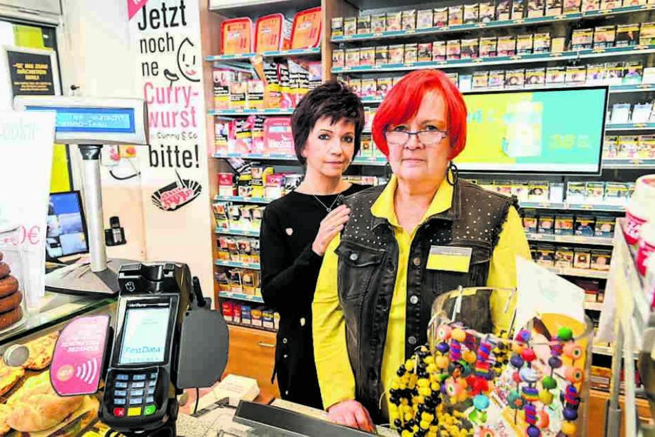 Für Tankstellen-Chefin Simone Saloßnick (54, links) steht die Sicherheit ihrer Mitarbeiter an erster Stelle. Mitarbeiterin Gudrun Schütte (62) wurde für den Ernstfall vorbereitet.