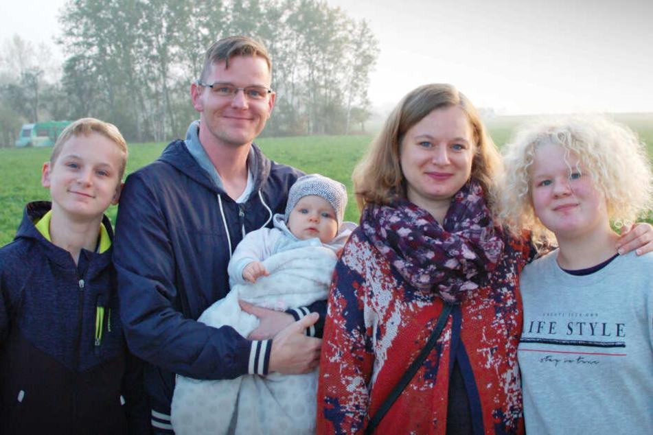 Familie Wessel, das sind Sohn Valentino (12), Papa Stefan (35), Victoria (7 Monate), mama Martina (35) und Tochter Melina (11), ist auf der Suche nach einem Baugrundstück.