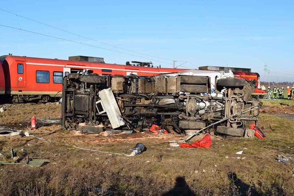 Der Müllwagen und Zug wurden beim Zusammenstoß zerstört.