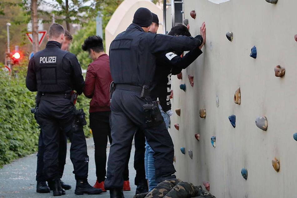Der Spielplatz am Johannisplatz ist kaputt. Leider tummeln sich dort nicht nur Kinder, sondern auch Kriminelle. Die Polizei ist dauernd vor Ort.
