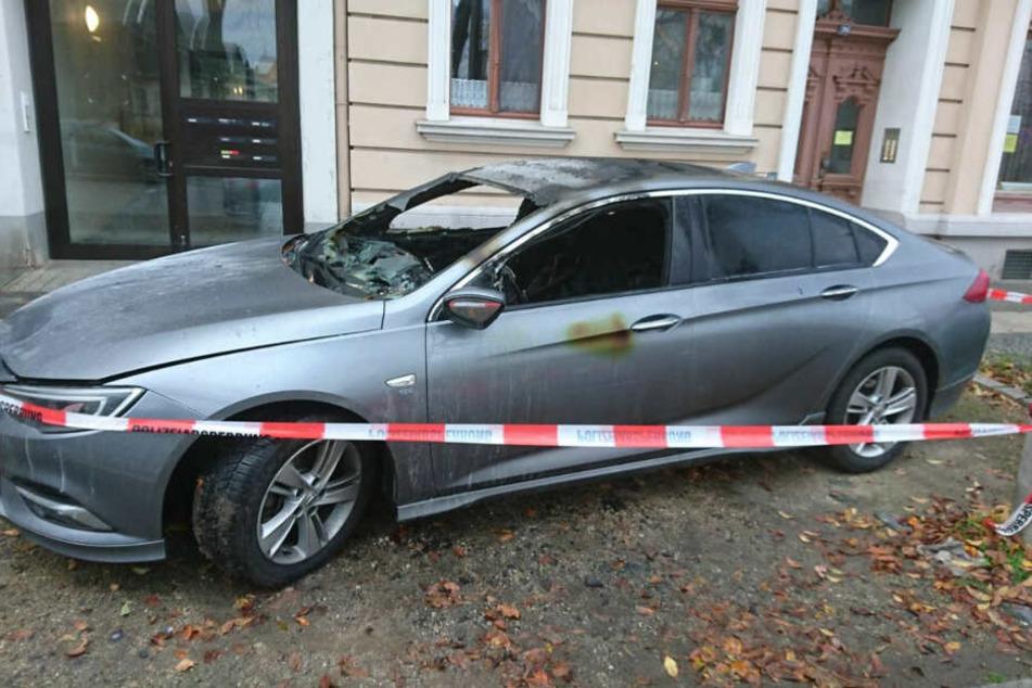 Die Polizei hat das Fahrzeug mit einem Absperrband gesichert.