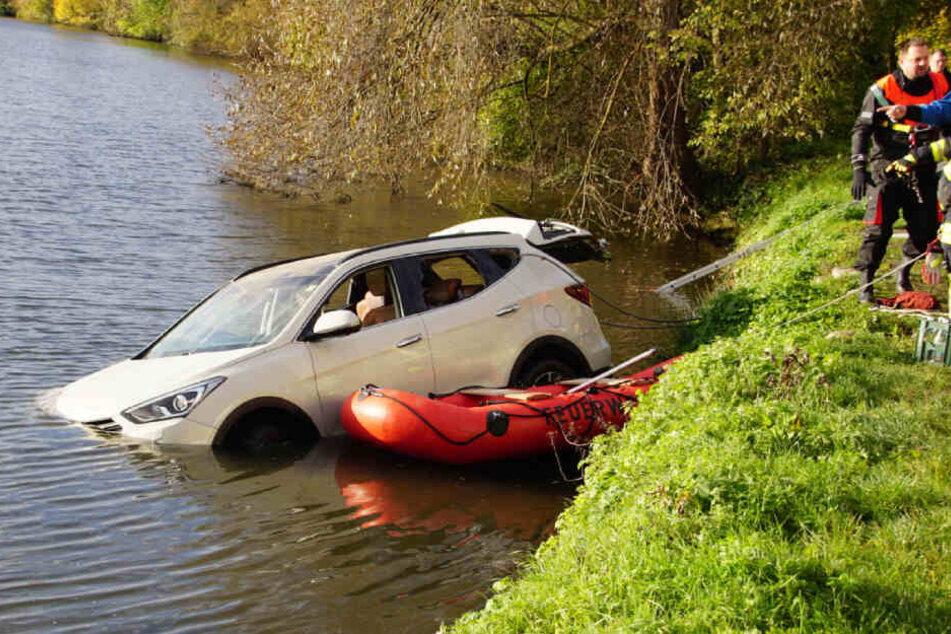 Der weiße Hyundai wurde offenbar absichtlich im Neckar versenkt.