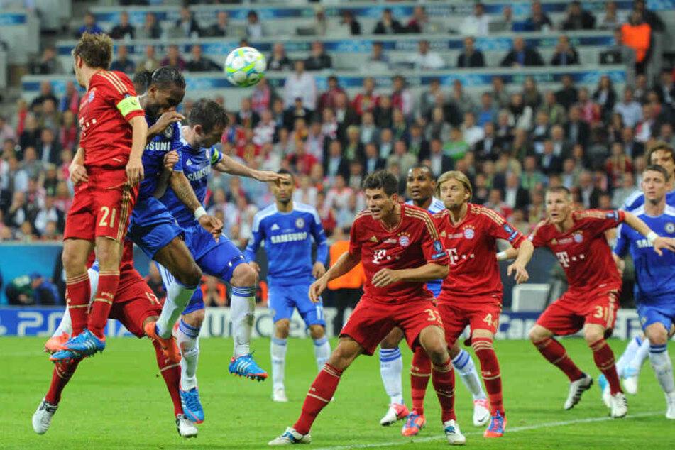 Didier Drogba köpft beim Champions-League-Finale 2012 zum Ausgleich. Jerome Boateng wird im Hintergrund von Frank Lampard der Weg versperrt.
