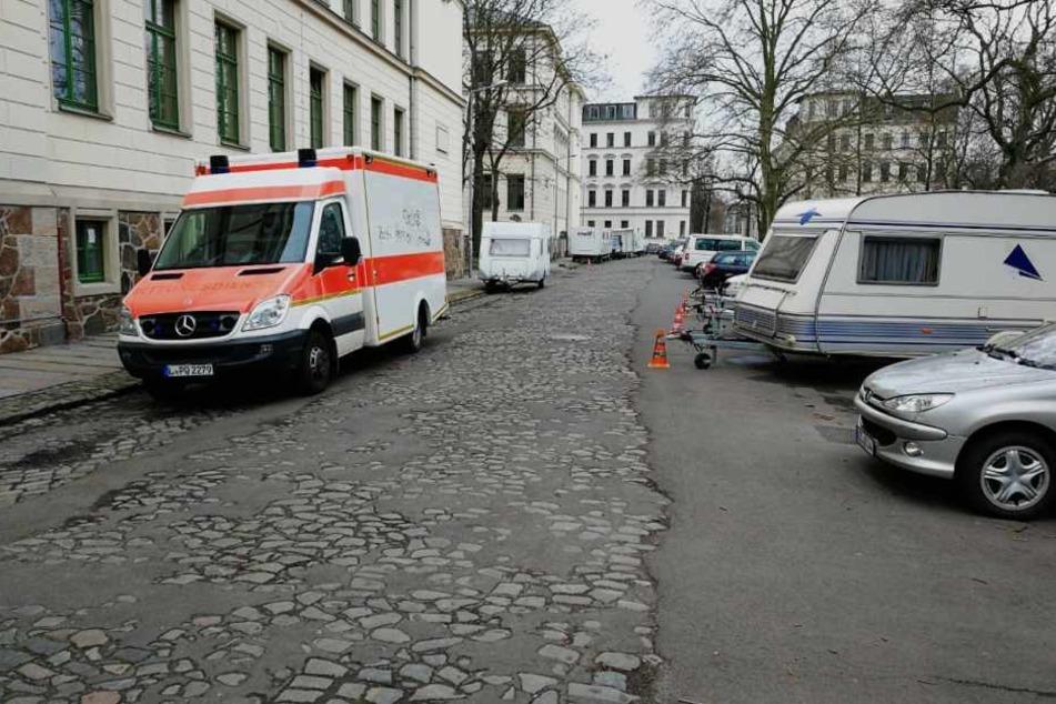 Mehrere Wohnwagen, ein Krankenwagen und ein Catering-Truck waren bei den Dreharbeiten am Leipziger Floßplatz abgestellt.