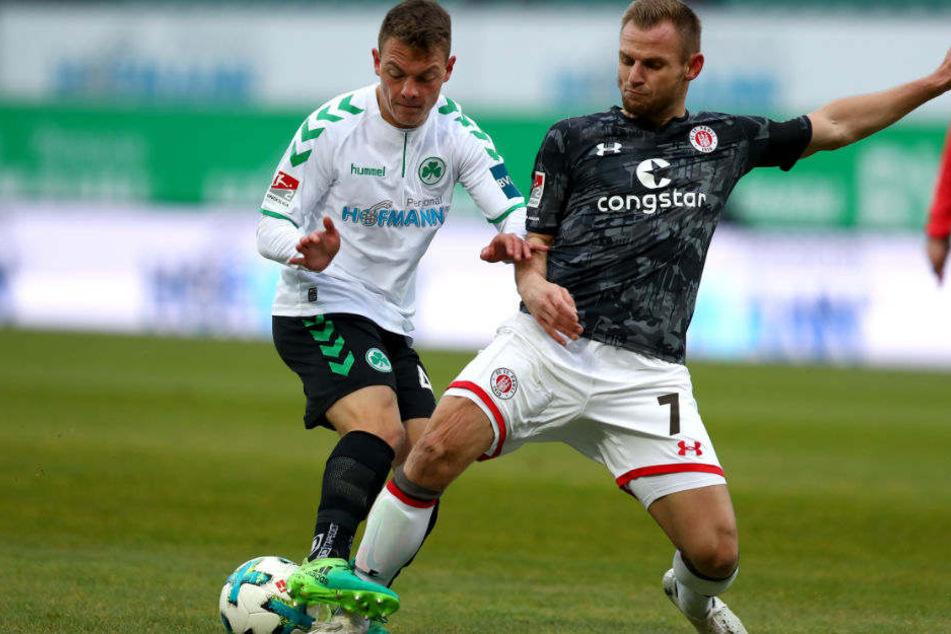 Bernd Nehrig (r.) bleibt dem FC St. Pauli auch in der kommenden Saison erhalten.