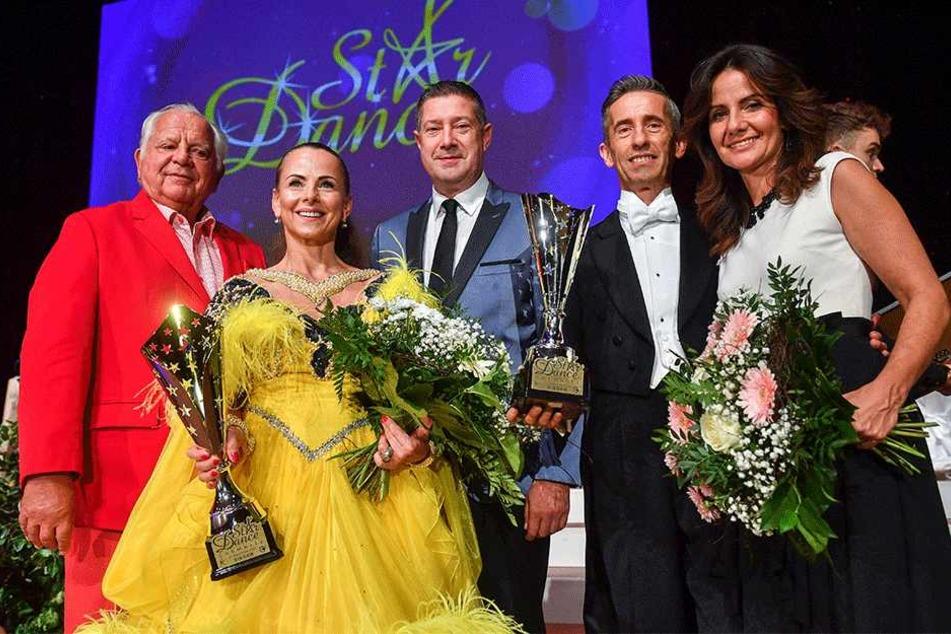 Strahlende Siegerin des Abends: Star-Friseurin Petra Brockmann (45) und ihr  Tanzpartner Tilo Schroth (53) konnten mit dem langsamen Walzer überzeugen.
