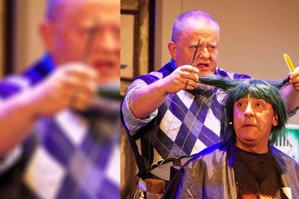 """Im Biertheater: """"Harry"""" Holger Blum schneidet """"Ulli"""" Thomas Böttcher die grünen Haare."""