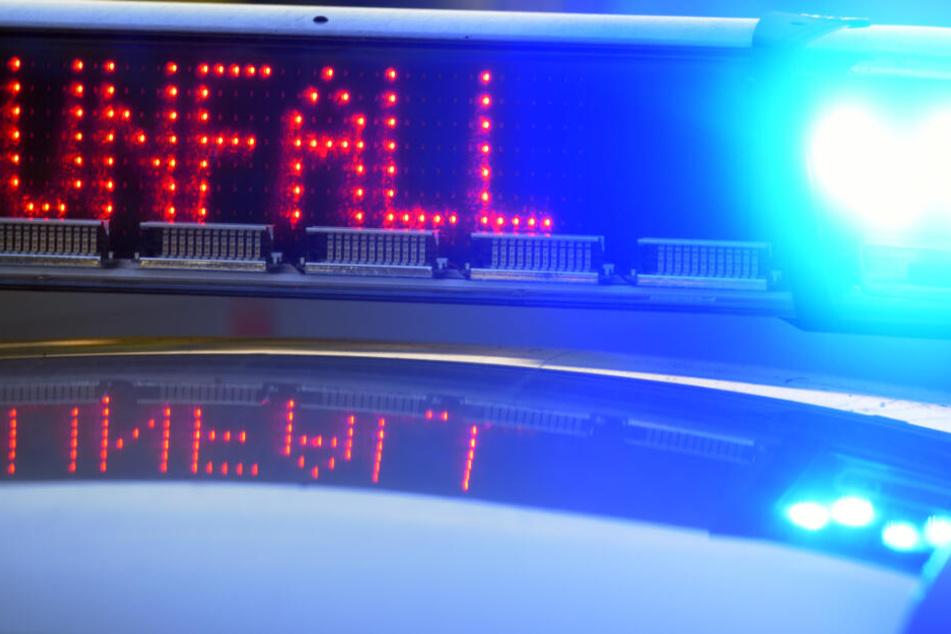 21-Jähriger kommt mit seinem Auto in Gegenverkehr und kracht in anderes Fahrzeug