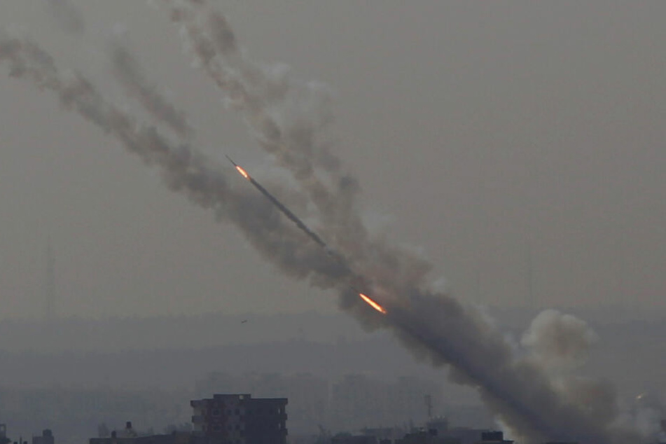 Raketen werden vom Gazastreifen Richtung Israel gefeuert.