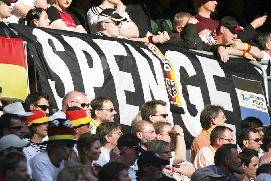 """Beim Auftaktspiel der WM 2006 in Deutschland durfte der """"Spenge""""-Banner nicht fehlen."""