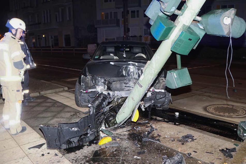 Ein Feuerwehrmann begutachtet den immensen Schaden.