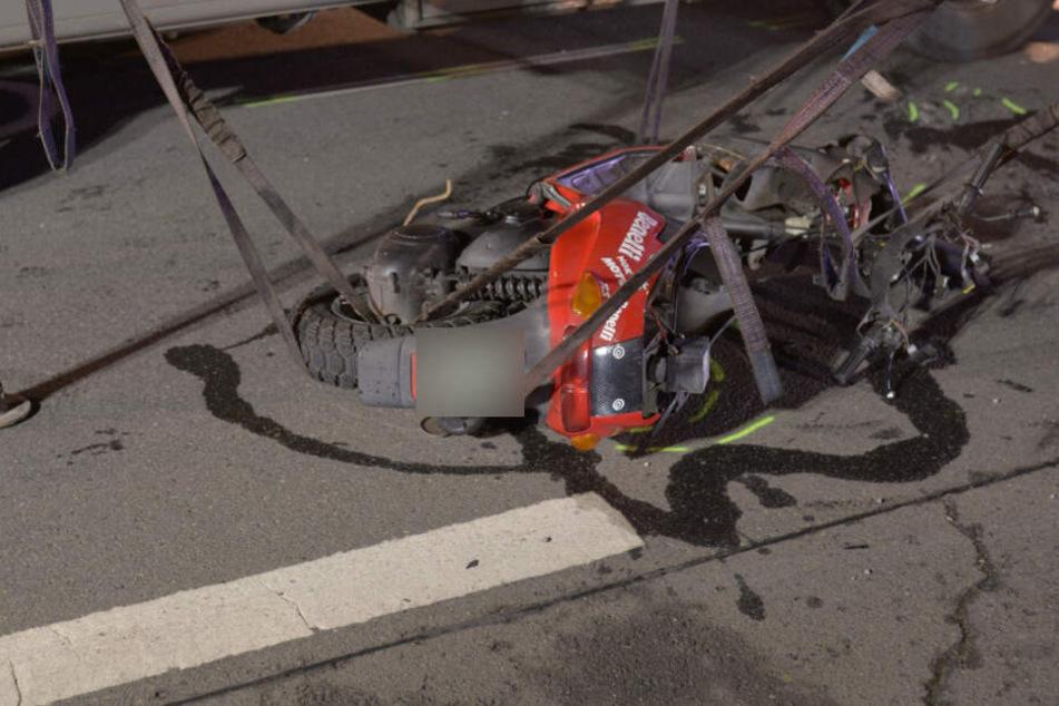 Der 23-jährige Fahrer des Motorrollers verstarb noch an der Unfallstelle.
