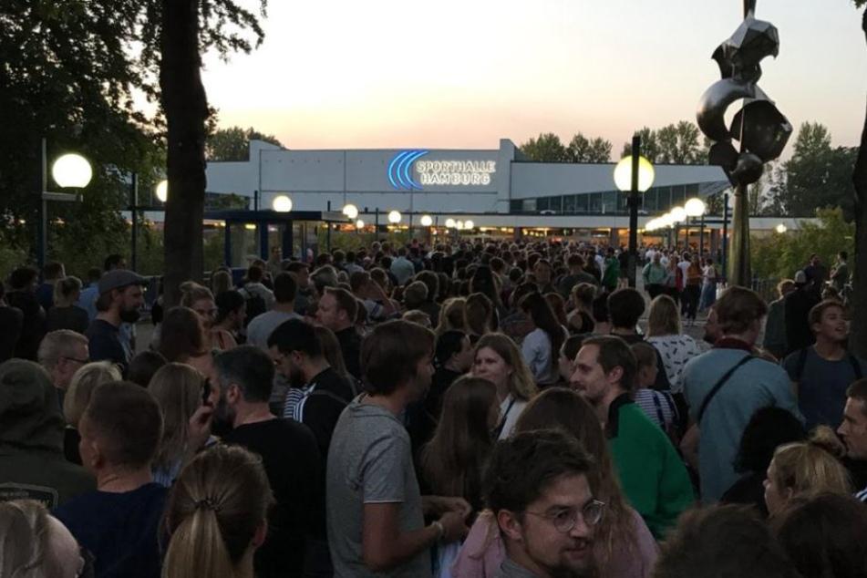 Hunderte drängten sich vor der Alsterdorfer Sporthalle in Hamburg.