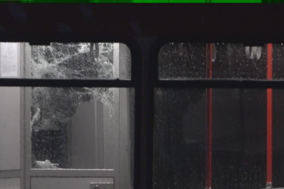 Die eingeschlagene Tür in der S-Bahn.