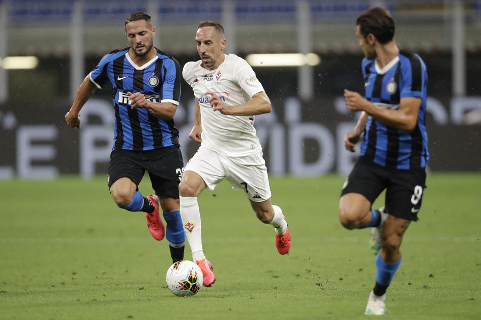 Ex-Bayern-Kicker Franck Ribéry (37, M) im Trikot seines jetzigen Arbeitgebers AC Florenz, hier im Zweikampf mit Inter Mailands Danilo D'Ambrosio (32, l.) und