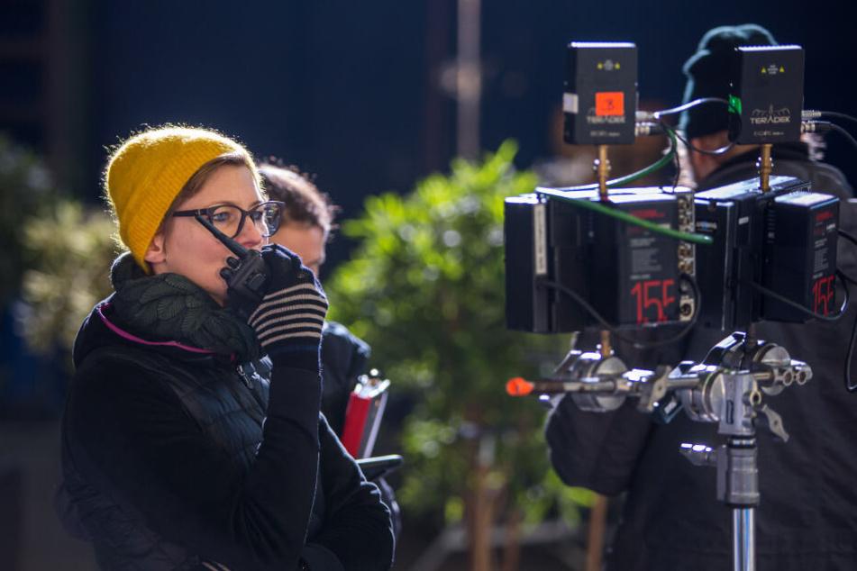 Beim Dreh in der Eishalle gab Regisseurin Frauke Thielecke mit dem Walkie-Talkie Anweisungen.