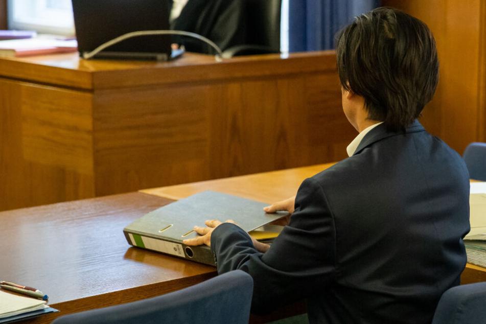 Ein 51 Jahre alter Mann muss sich in Bayern vor Gericht verantworten.
