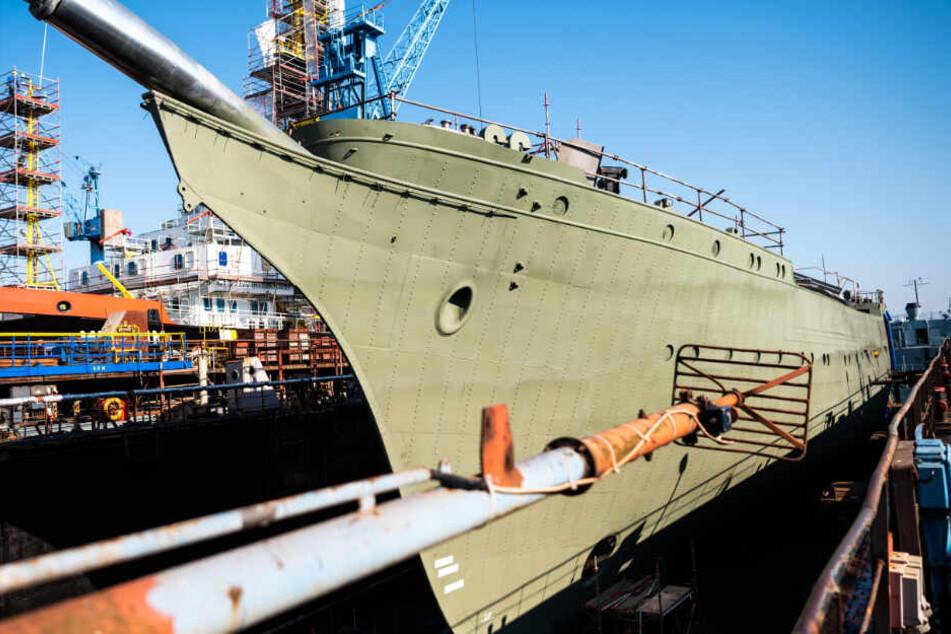 Der Rumpf der Gorch Fock steht in der Werft.