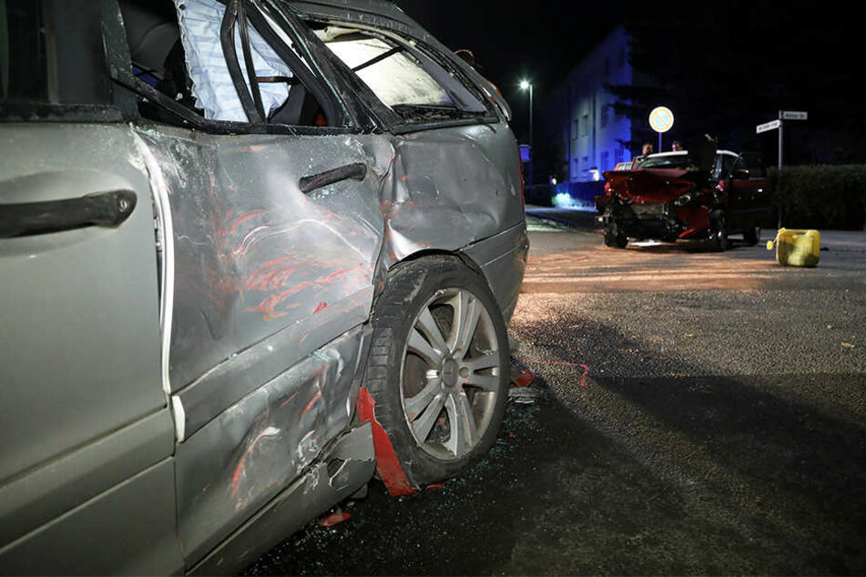 Sowohl der Mercedes als auch der Skoda erlitten Totalschaden. Beide Personen am Steuer wurden schwer verletzt.
