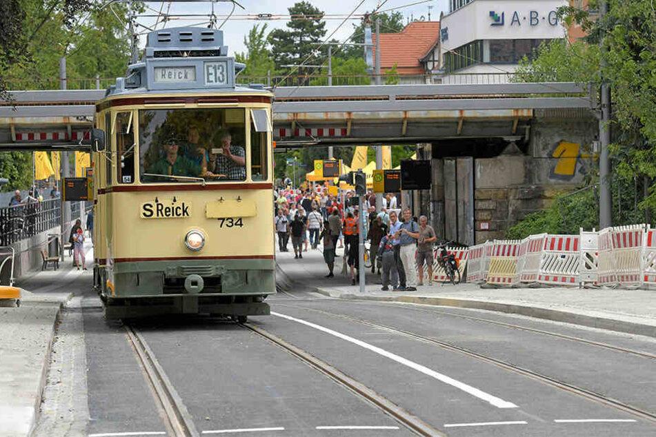 Neu trifft alt: Die erste Bahn, die über die frisch verlegten Gleise rollte, war der historische MAN-Zug (Baujahr 1913).