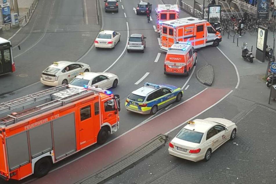 Die Polizei, Sanitäter und die Feuerwehr rückten am Mittwochabend an der Schildergasse am Neumarkt an.