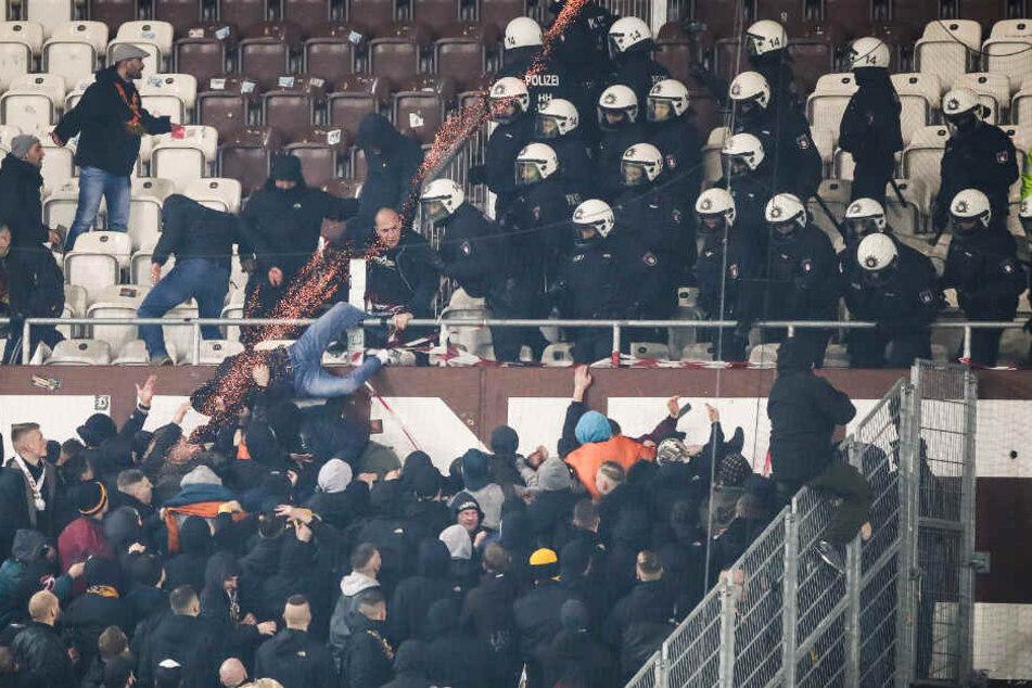 Polizeikräfte mussten die Fans zurückdrängen.