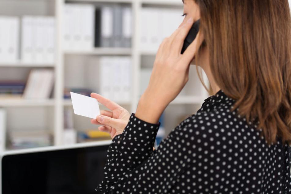 Um den Gewinn zu erhalten, sollte die Frau per Telefon Geld überweisen. (Symbolbild)