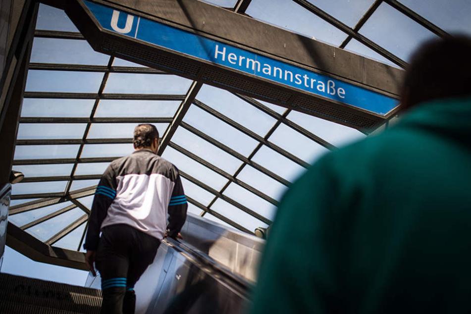 Auf der Rolltreppe am U-Bahnhof Hermannstraße trat der Dieb der jungen Frau in den Rücken. (Symbolbild)