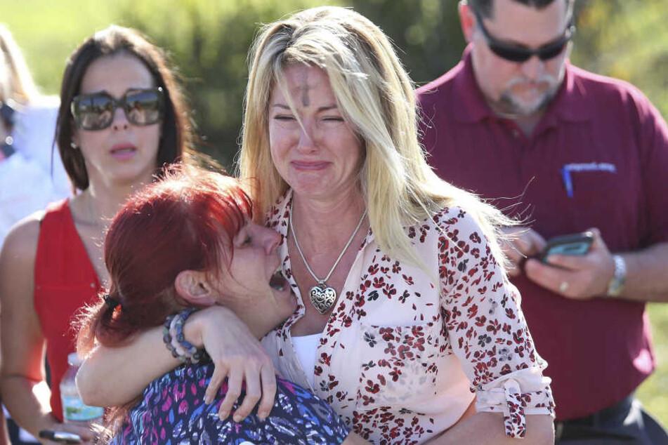 Eltern und Angehörige warten auf Nachrichten von der Marjory Stoneman Douglas High School, an der es zu Schüssen gekommen ist.