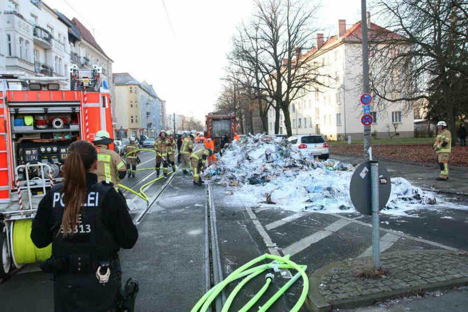 Ladung eines Müll-Trucks brennt: Feuerwehr löscht Flammen mit Schaum