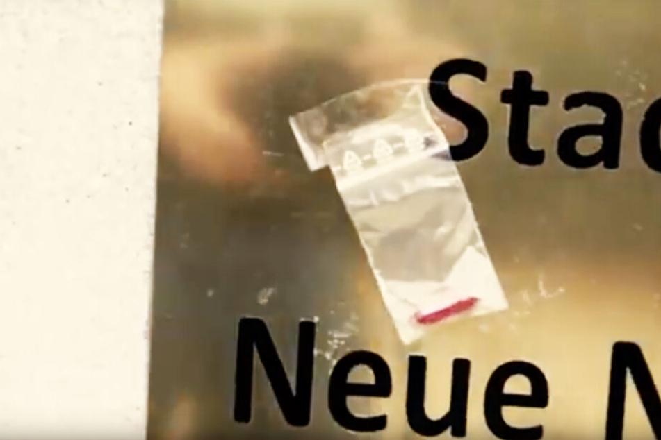 """25.000 solcher Tütchen mit """"bitteren Pillen"""" verteilten die Aktivisten im Leipziger Stadtgebiet, um Aufmerksamkeit zu erzeugen."""