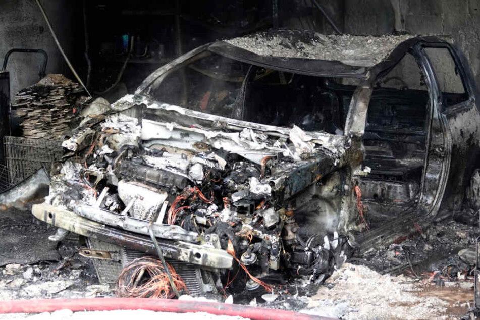 Chemnitz: Chemnitzer Garage in Flammen: Auto abgefackelt