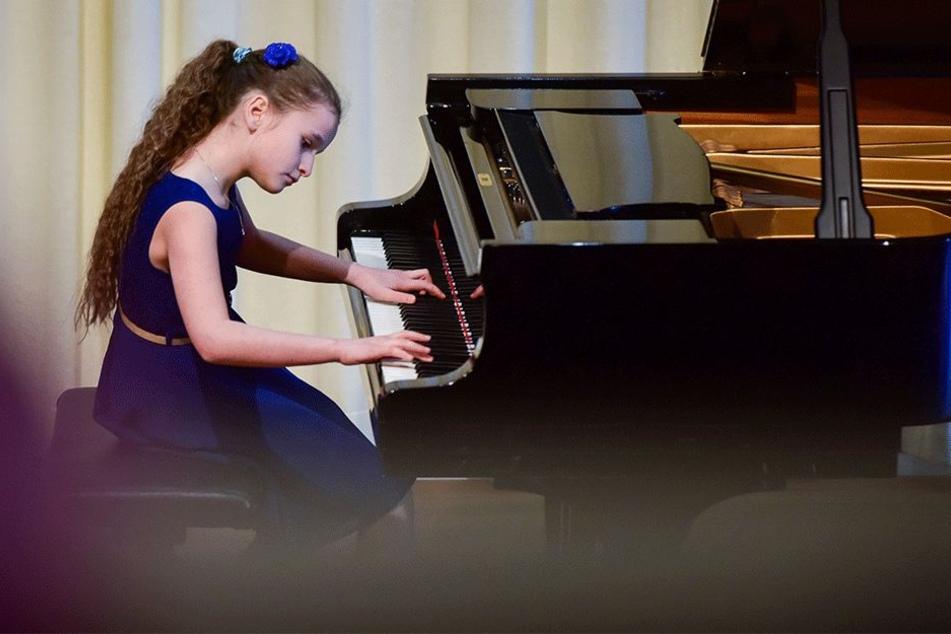 Mit großer Hingabe spielte Babett Lehnert (10) aus Leipzig Freitag im Robert-Schumann-Konservatorium.