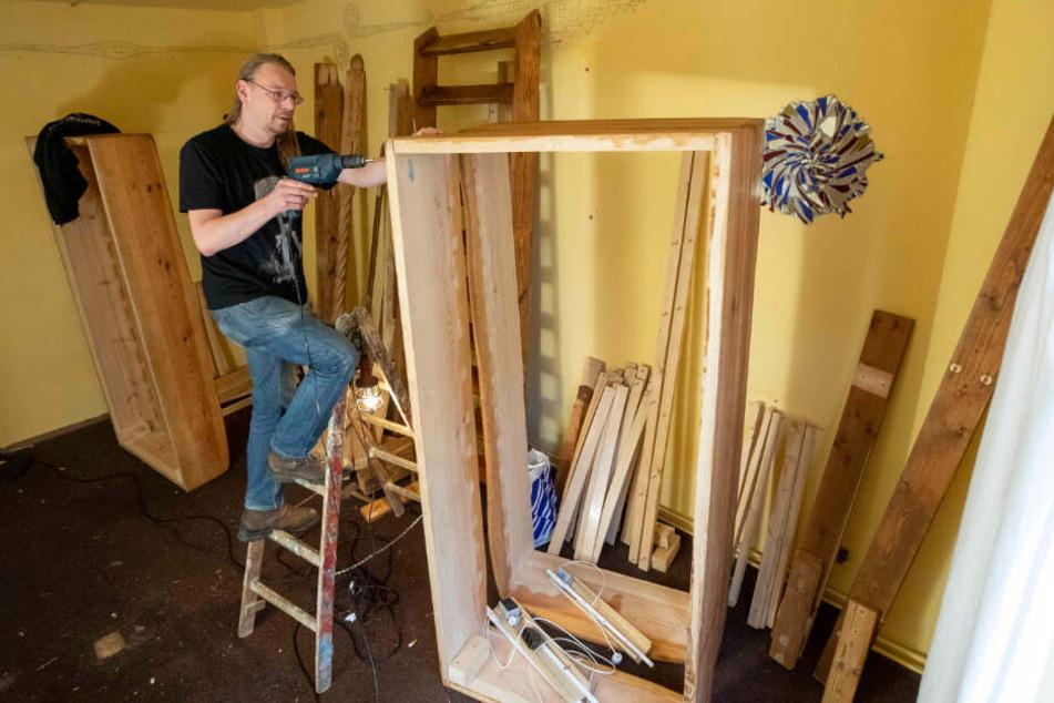 Hausmeister Andreas Richter (43) baut in Lollis Homestay neue Betten zusammen.