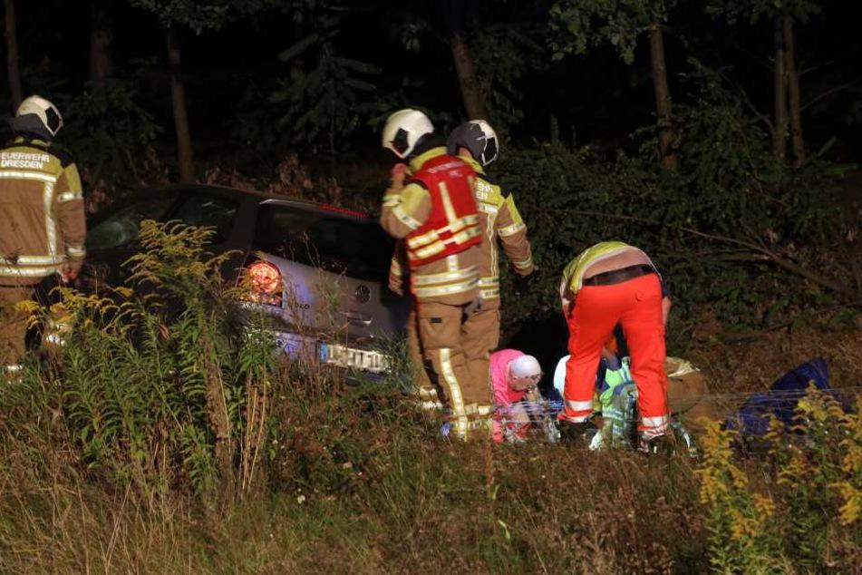 Die Rettungskräfte versorgen einen der verletzten Insassen des Autos.
