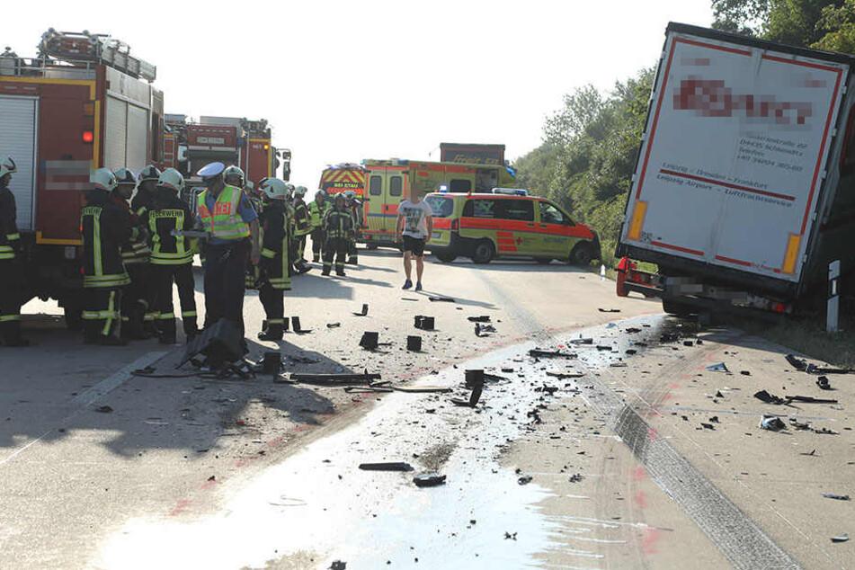 Der Unfallfahrer zog mit seinem Lkw eine Schneise der Verwüstung hinter sich her.