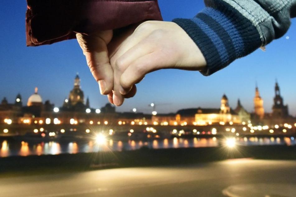 Hand in Hand gedenken viele Dresdner der Zerstörung ihrer Stadt vor 73 Jahren.